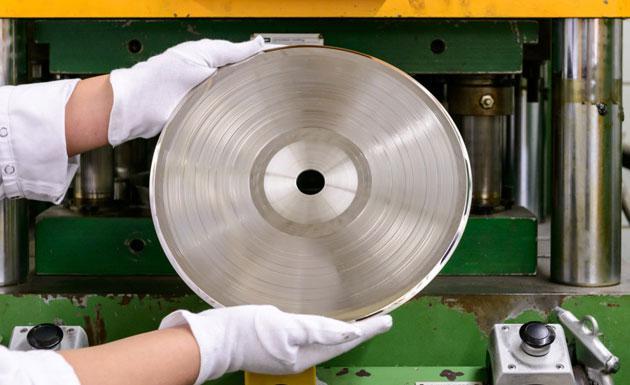 ¿Cómo se hacen los discos de vinilo?
